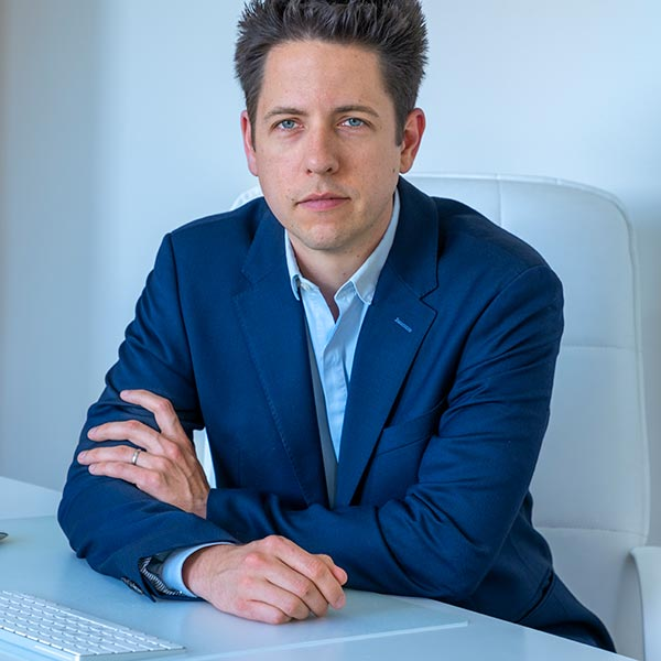 Chirurgie esthétique Nîmes Alès Gard - Le Docteur Pierre-Emmanuel Huguet est chirurgien maxillo-facial et stomatologue, spécialisé dans la chirurgie...